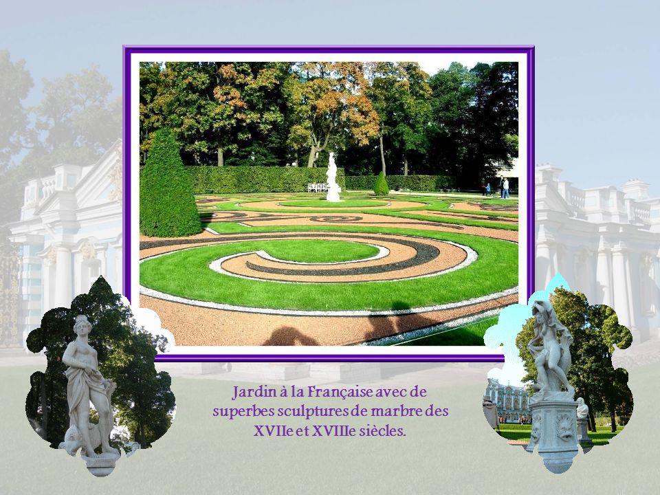 Jardin à la Française avec de superbes sculptures de marbre des XVIIe et XVIIIe siècles.