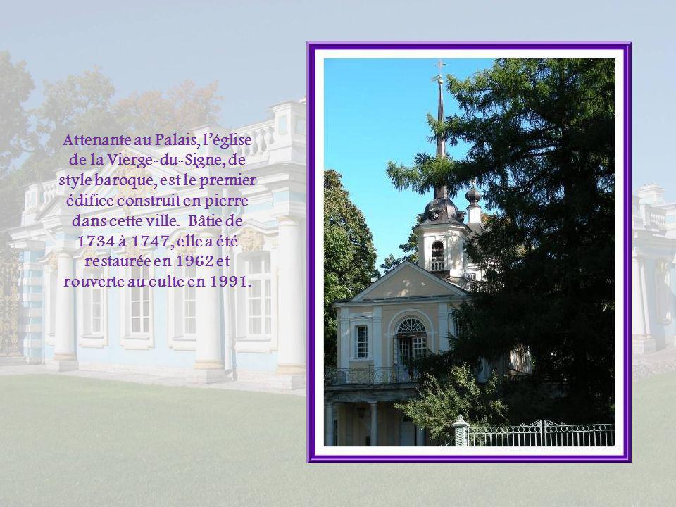 Attenante au Palais, l'église de la Vierge-du-Signe, de style baroque, est le premier édifice construit en pierre dans cette ville.