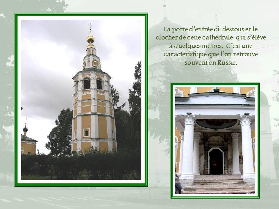 La porte d'entrée ci-dessous et le clocher de cette cathédrale qui s'élève à quelques mètres.