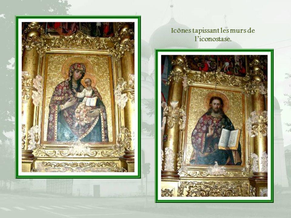 Icônes tapissant les murs de l'iconostase.