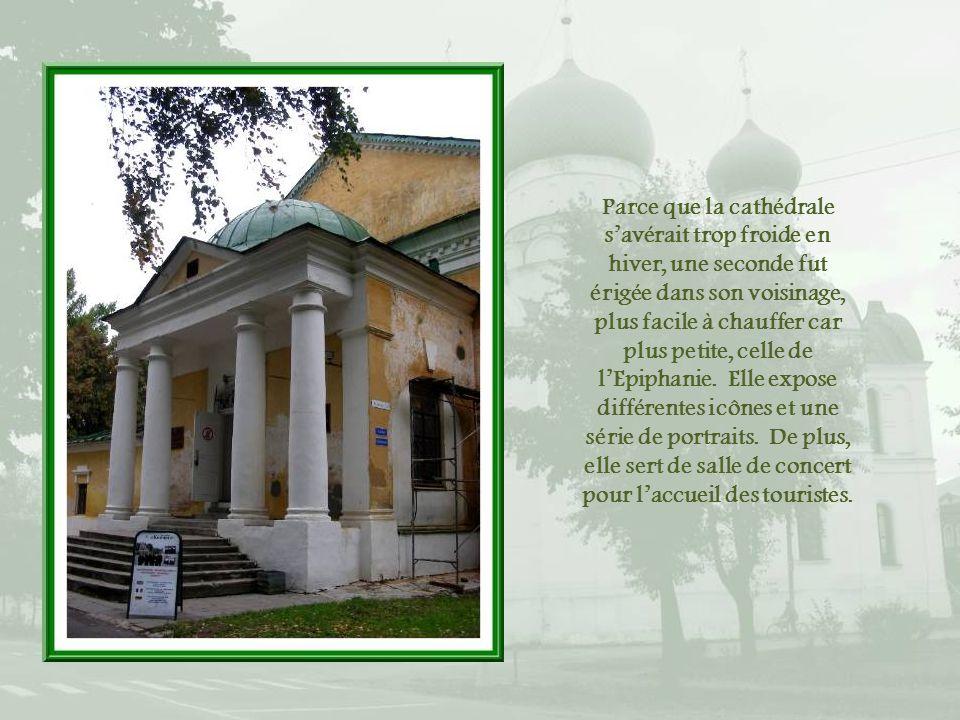 Parce que la cathédrale s'avérait trop froide en hiver, une seconde fut érigée dans son voisinage, plus facile à chauffer car plus petite, celle de l'Epiphanie.