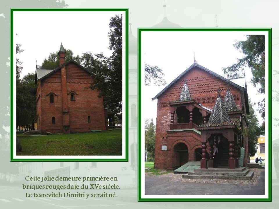 Cette jolie demeure princière en briques rouges date du XVe siècle