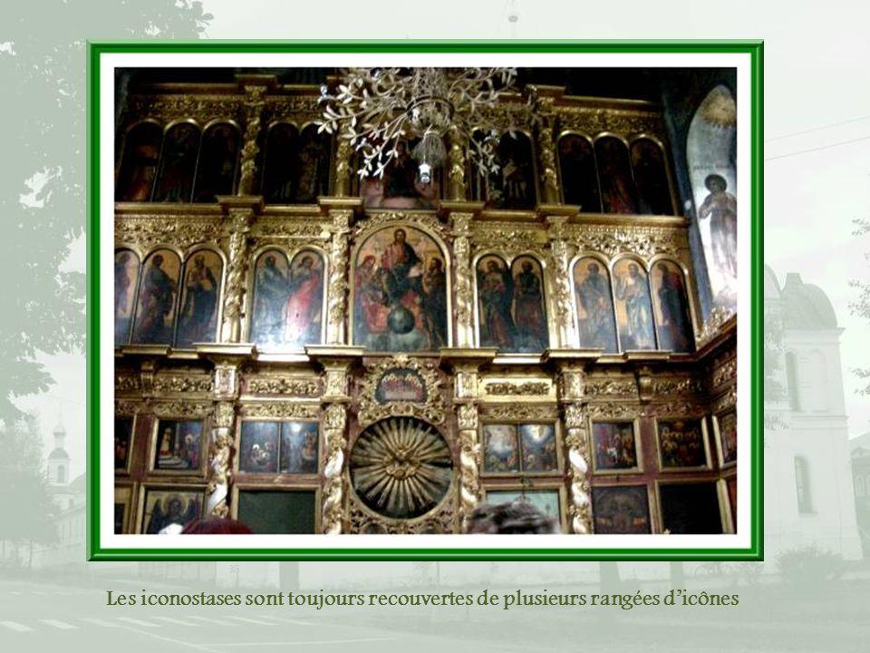 Les iconostases sont toujours recouvertes de plusieurs rangées d'icônes
