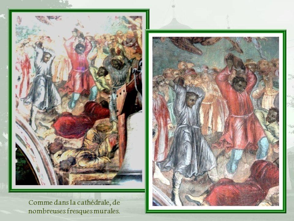Comme dans la cathédrale, de nombreuses fresques murales.