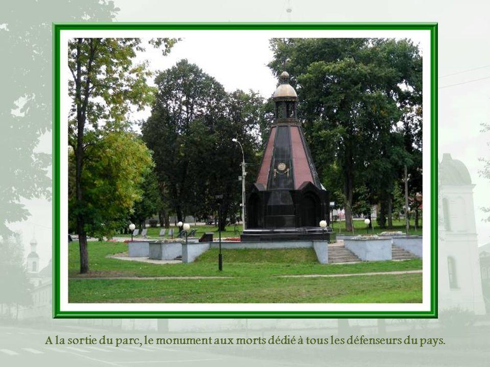 A la sortie du parc, le monument aux morts dédié à tous les défenseurs du pays.