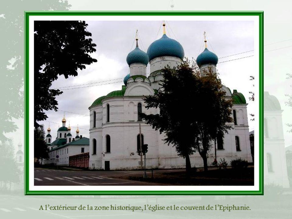 A l'extérieur de la zone historique, l'église et le couvent de l'Epiphanie.