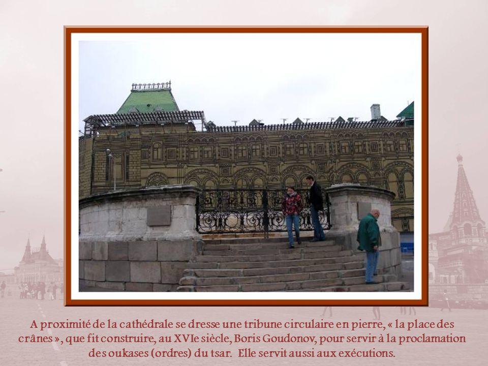 A proximité de la cathédrale se dresse une tribune circulaire en pierre, « la place des crânes », que fit construire, au XVIe siècle, Boris Goudonov, pour servir à la proclamation des oukases (ordres) du tsar.