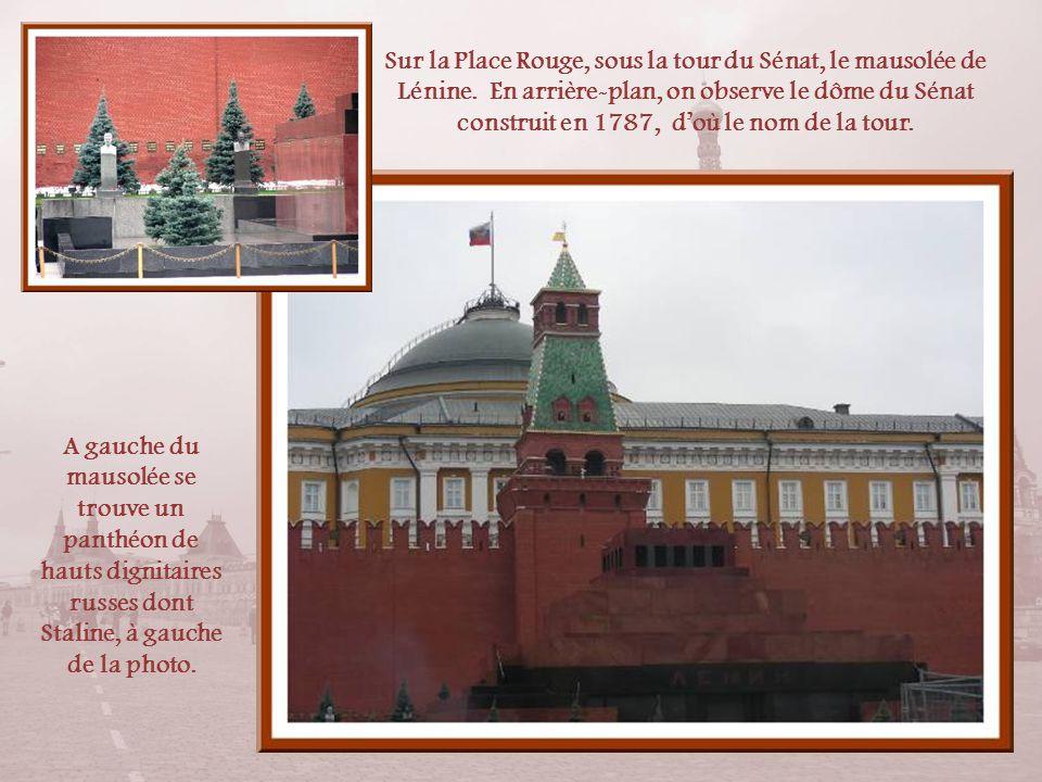 Sur la Place Rouge, sous la tour du Sénat, le mausolée de Lénine