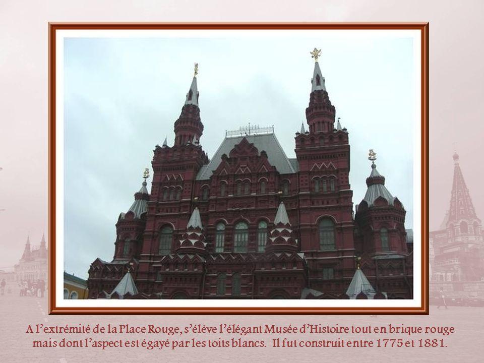 A l'extrémité de la Place Rouge, s'élève l'élégant Musée d'Histoire tout en brique rouge mais dont l'aspect est égayé par les toits blancs.