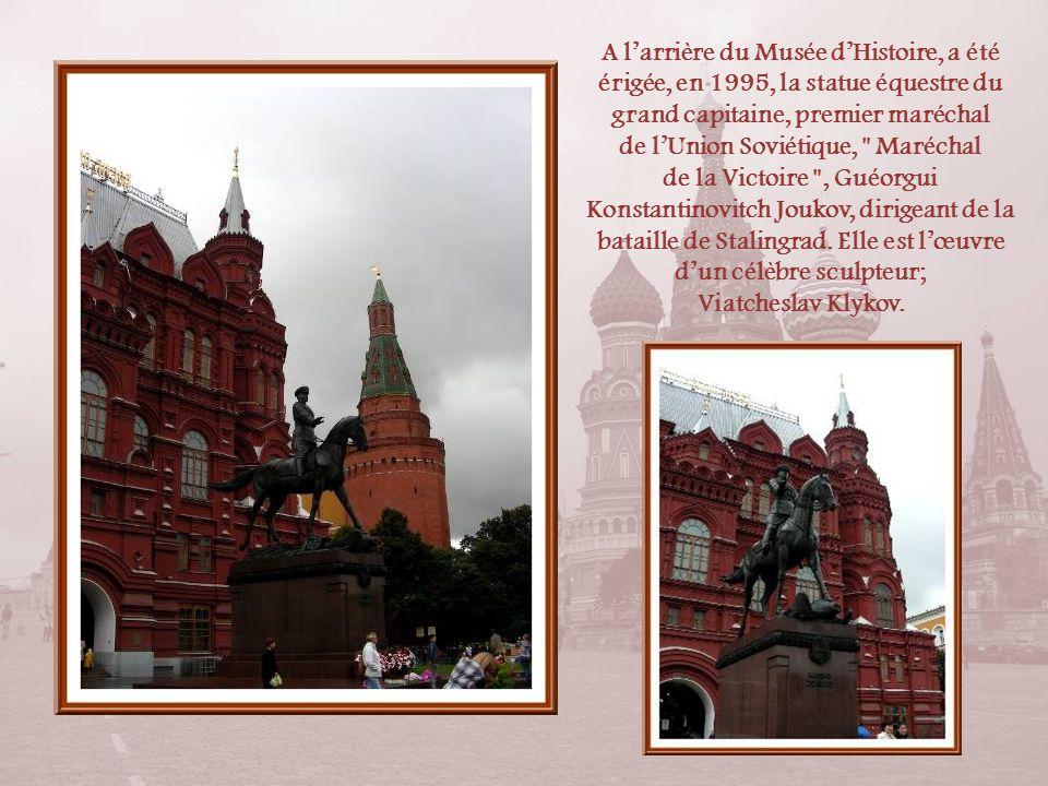 A l'arrière du Musée d'Histoire, a été érigée, en 1995, la statue équestre du grand capitaine, premier maréchal de l'Union Soviétique, Maréchal de la Victoire , Guéorgui Konstantinovitch Joukov, dirigeant de la bataille de Stalingrad. Elle est l'œuvre d'un célèbre sculpteur;