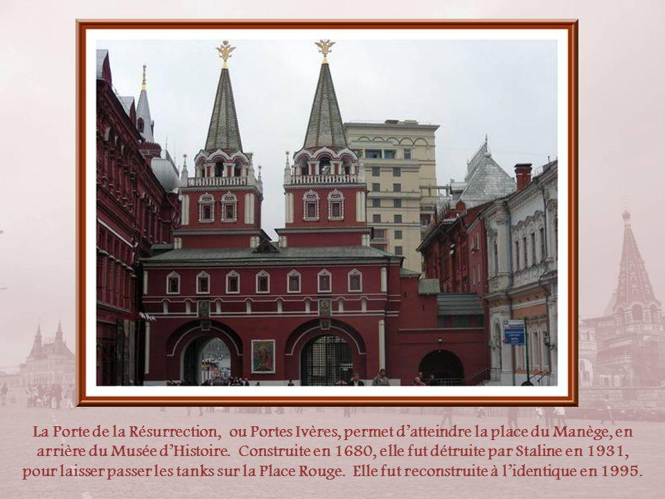 La Porte de la Résurrection, ou Portes Ivères, permet d'atteindre la place du Manège, en arrière du Musée d'Histoire.