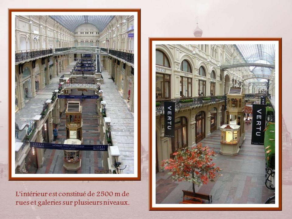 L intérieur est constitué de 2500 m de rues et galeries sur plusieurs niveaux.