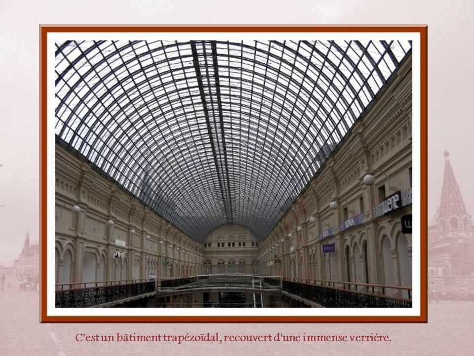 C est un bâtiment trapézoïdal, recouvert d une immense verrière.