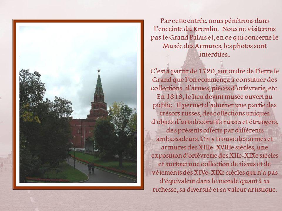 Par cette entrée, nous pénétrons dans l'enceinte du Kremlin