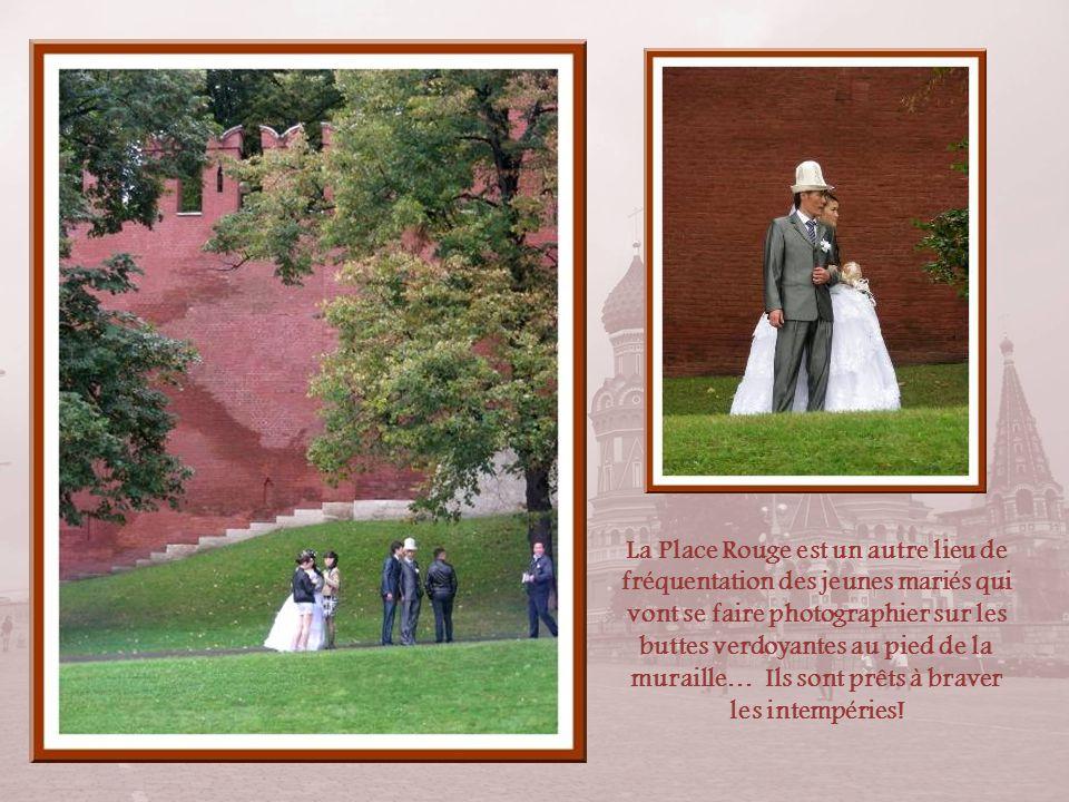 La Place Rouge est un autre lieu de fréquentation des jeunes mariés qui vont se faire photographier sur les buttes verdoyantes au pied de la muraille… Ils sont prêts à braver les intempéries!