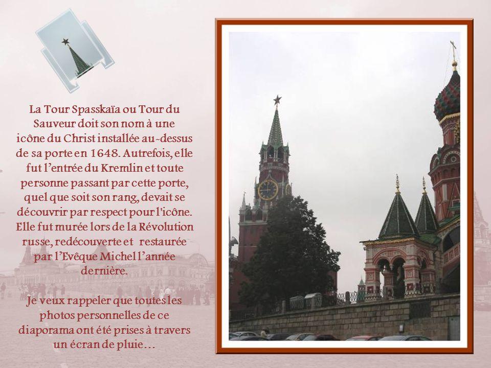 La Tour Spasskaïa ou Tour du Sauveur doit son nom à une icône du Christ installée au-dessus de sa porte en 1648. Autrefois, elle fut l'entrée du Kremlin et toute personne passant par cette porte, quel que soit son rang, devait se découvrir par respect pour l icône. Elle fut murée lors de la Révolution russe, redécouverte et restaurée par l'Evêque Michel l'année dernière.