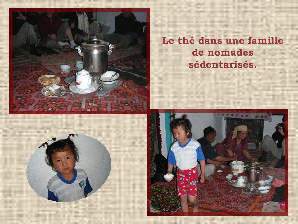 Le thé dans une famille de nomades sédentarisés.