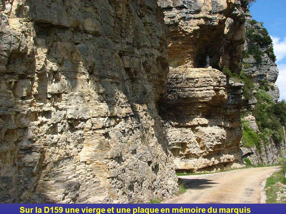 Sur la D159 une vierge et une plaque en mémoire du marquis d'Aulan