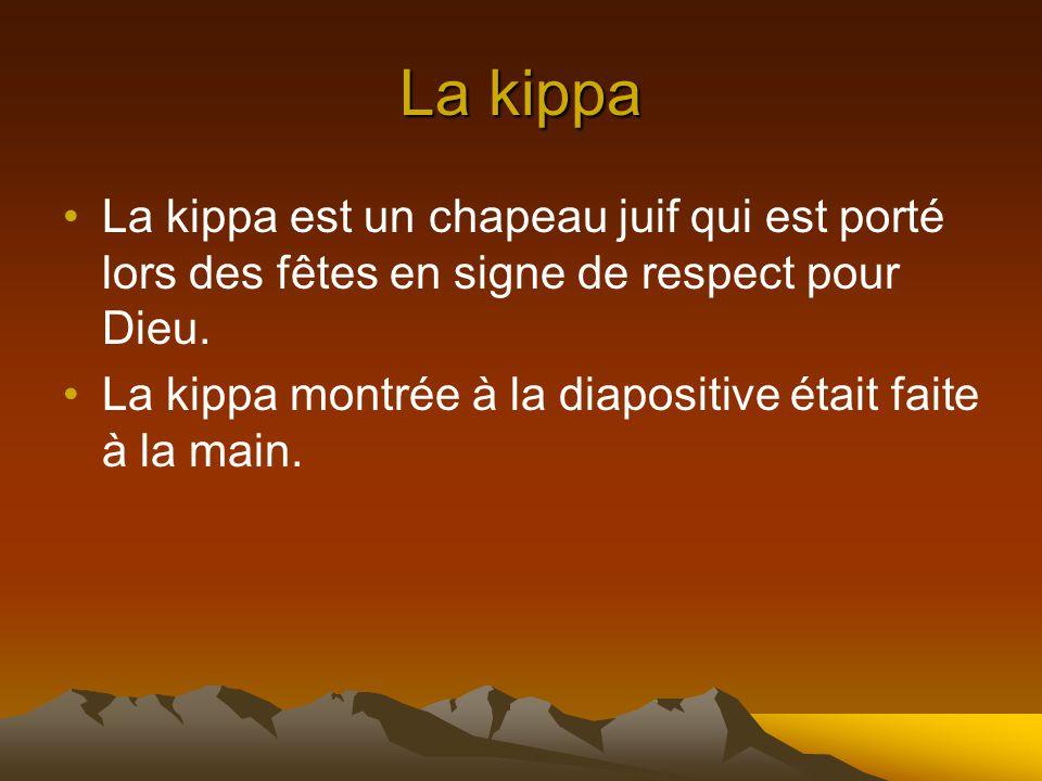 La kippa La kippa est un chapeau juif qui est porté lors des fêtes en signe de respect pour Dieu.