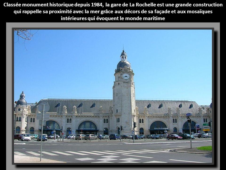 Classée monument historique depuis 1984, la gare de La Rochelle est une grande construction qui rappelle sa proximité avec la mer grâce aux décors de sa façade et aux mosaïques intérieures qui évoquent le monde maritime