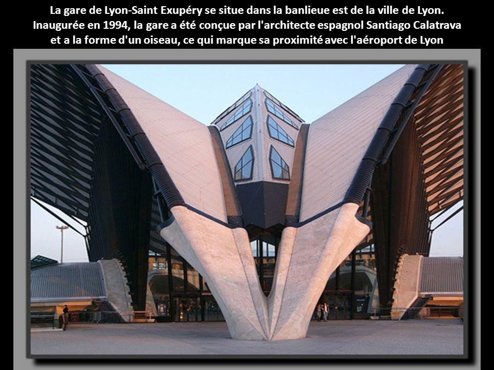 La gare de Lyon-Saint Exupéry se situe dans la banlieue est de la ville de Lyon. Inaugurée en 1994, la gare a été conçue par l architecte espagnol Santiago Calatrava