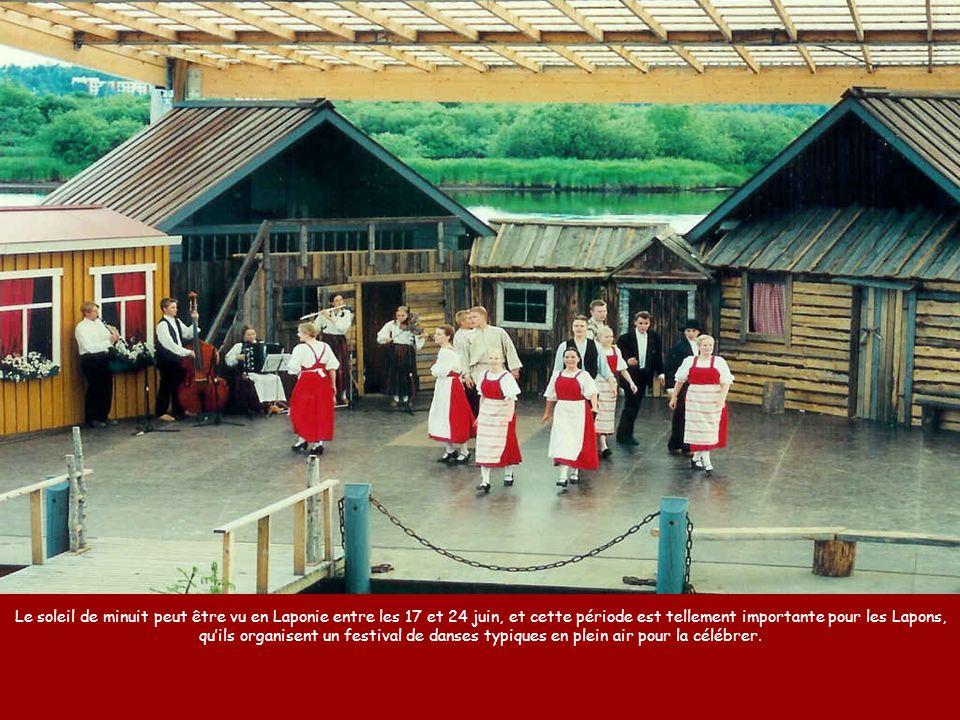 Le soleil de minuit peut être vu en Laponie entre les 17 et 24 juin, et cette période est tellement importante pour les Lapons, qu'ils organisent un festival de danses typiques en plein air pour la célébrer.
