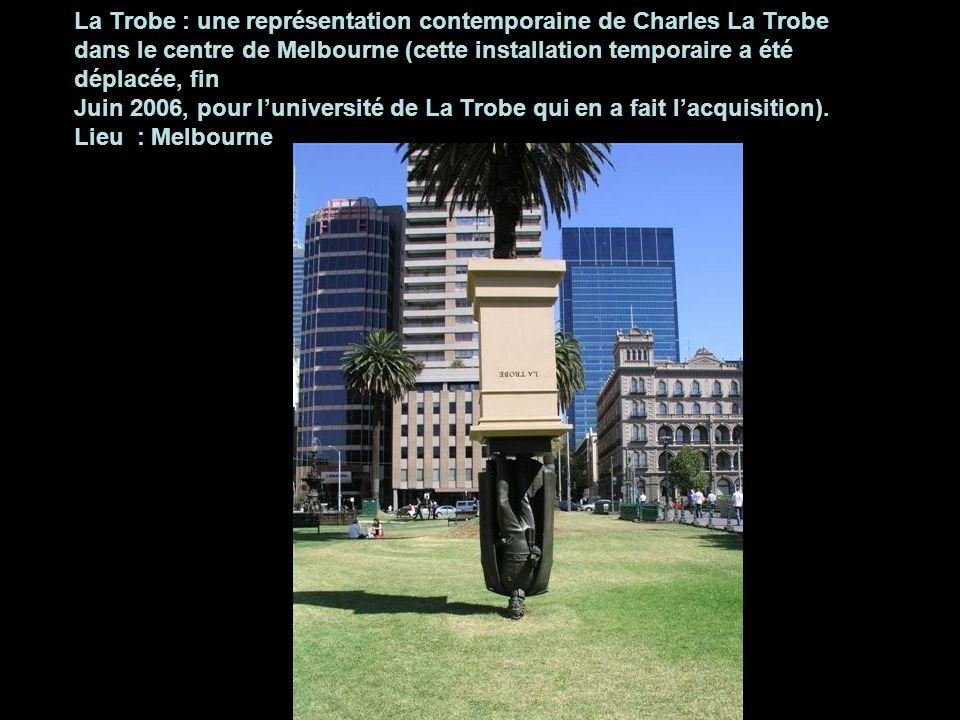 La Trobe : une représentation contemporaine de Charles La Trobe dans le centre de Melbourne (cette installation temporaire a été déplacée, fin Juin 2006, pour l'université de La Trobe qui en a fait l'acquisition).