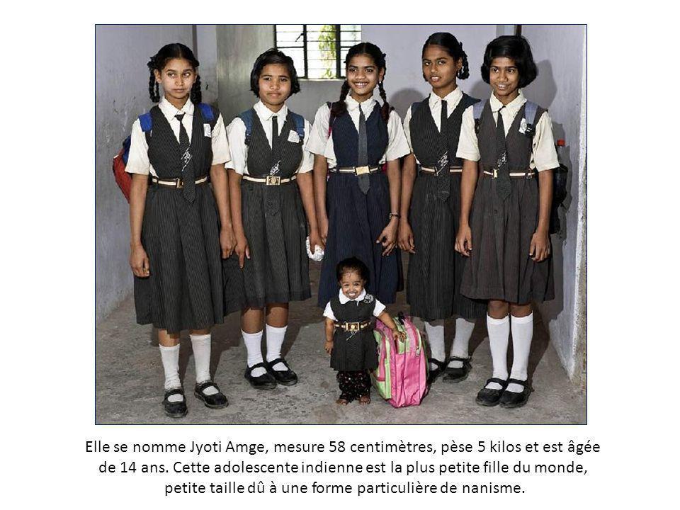 Elle se nomme Jyoti Amge, mesure 58 centimètres, pèse 5 kilos et est âgée de 14 ans.