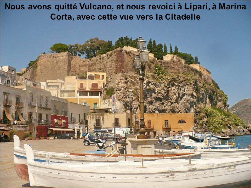 Nous avons quitté Vulcano, et nous revoici à Lipari, à Marina Corta, avec cette vue vers la Citadelle