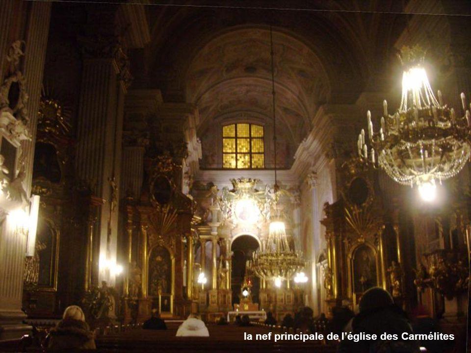 la nef principale de l'église des Carmélites