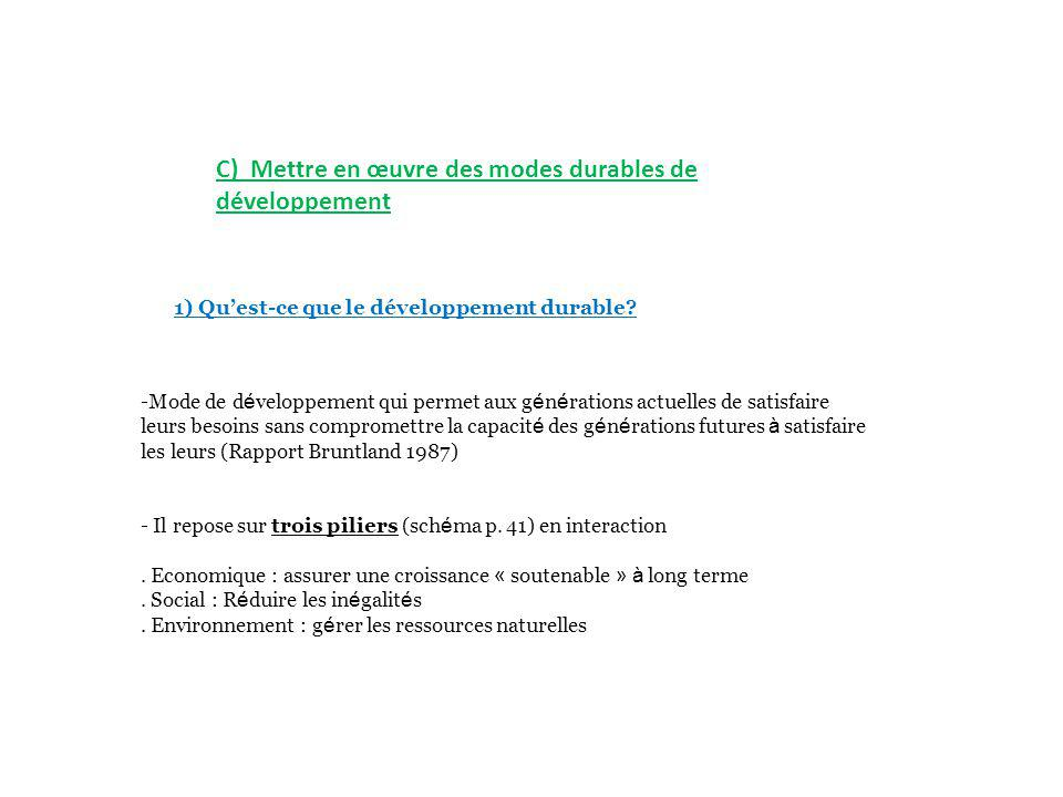C) Mettre en œuvre des modes durables de développement
