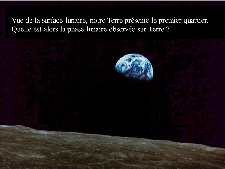 Vue de la surface lunaire, notre Terre présente le premier quartier.
