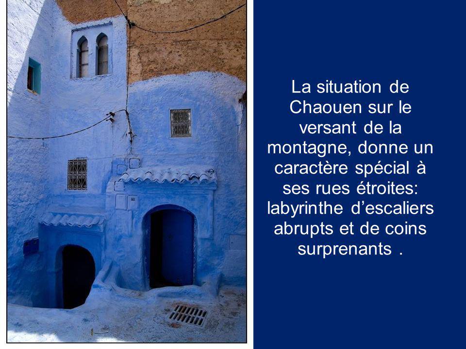 La situation de Chaouen sur le versant de la montagne, donne un caractère spécial à ses rues étroites: labyrinthe d'escaliers abrupts et de coins surprenants .