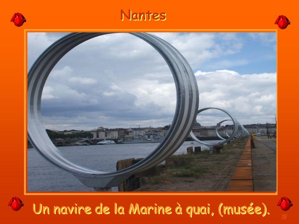 Un navire de la Marine à quai, (musée).