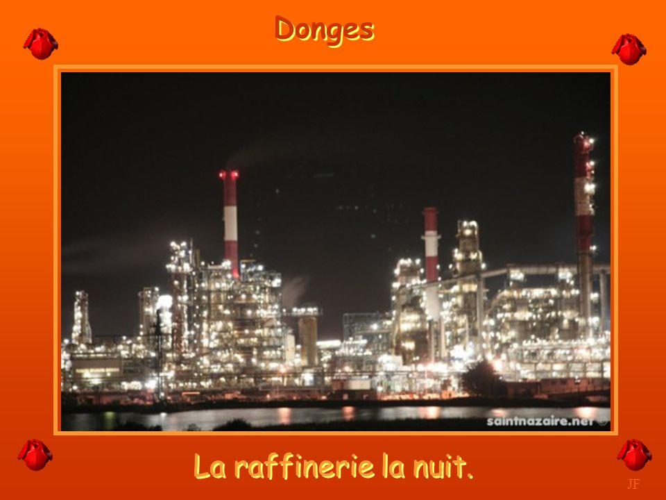 Donges La raffinerie la nuit. JF