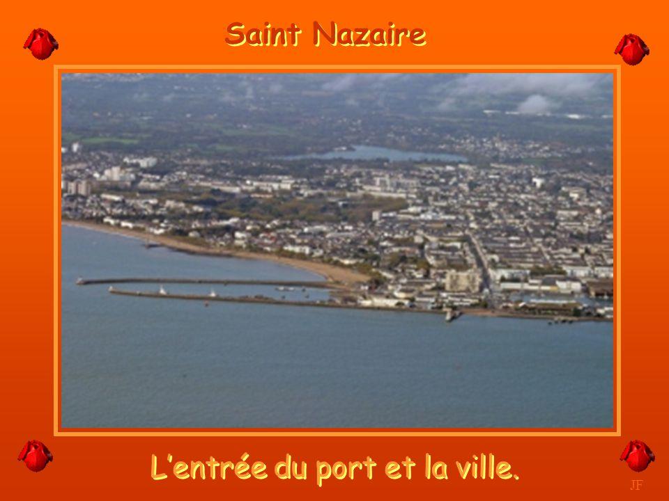 L'entrée du port et la ville.
