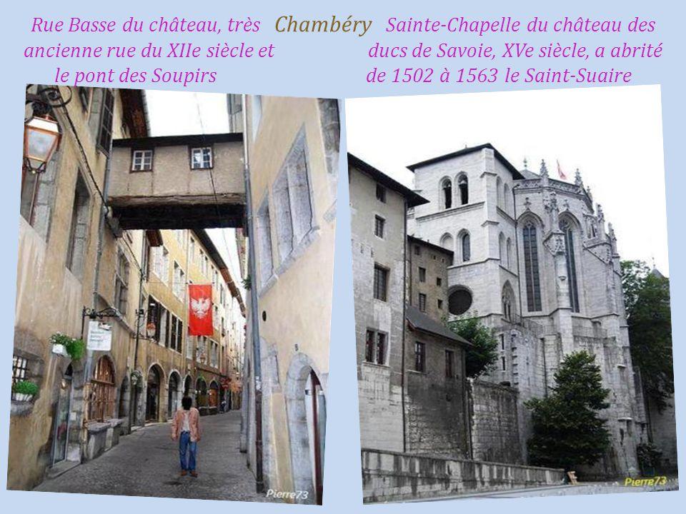 Rue Basse du château, très Chambéry Sainte-Chapelle du château des ancienne rue du XIIe siècle et ducs de Savoie, XVe siècle, a abrité le pont des Soupirs de 1502 à 1563 le Saint-Suaire
