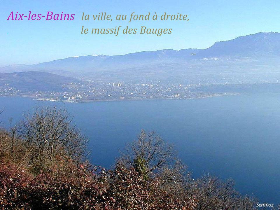 Aix-les-Bains la ville, au fond à droite, . le massif des Bauges