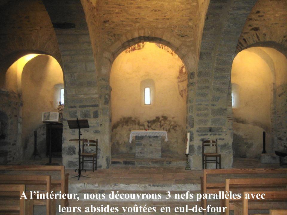 A l'intérieur, nous découvrons 3 nefs parallèles avec leurs absides voûtées en cul-de-four