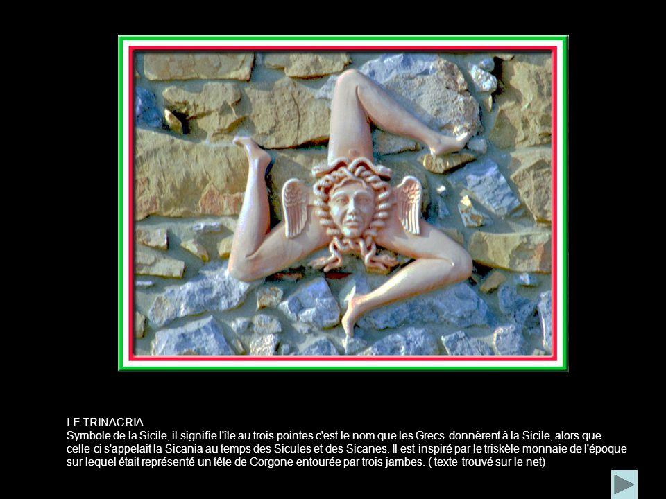 LE TRINACRIA Symbole de la Sicile, il signifie l île au trois pointes c est le nom que les Grecs donnèrent à la Sicile, alors que