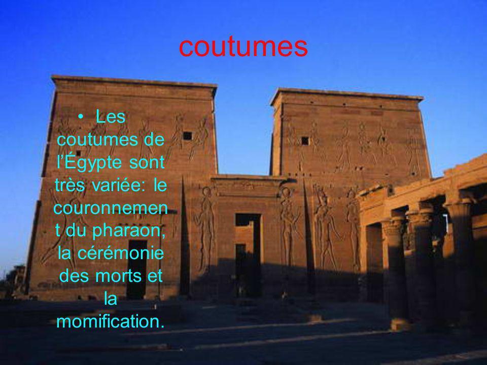 coutumes Les coutumes de l'Égypte sont très variée: le couronnement du pharaon, la cérémonie des morts et la momification.