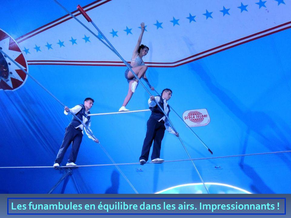 Les funambules en équilibre dans les airs. Impressionnants !