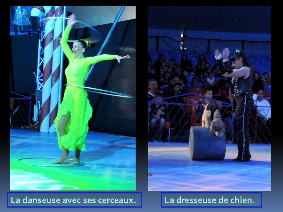 La danseuse avec ses cerceaux.
