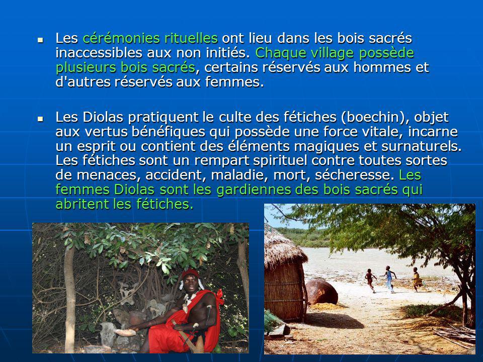 Les cérémonies rituelles ont lieu dans les bois sacrés inaccessibles aux non initiés. Chaque village possède plusieurs bois sacrés, certains réservés aux hommes et d autres réservés aux femmes.
