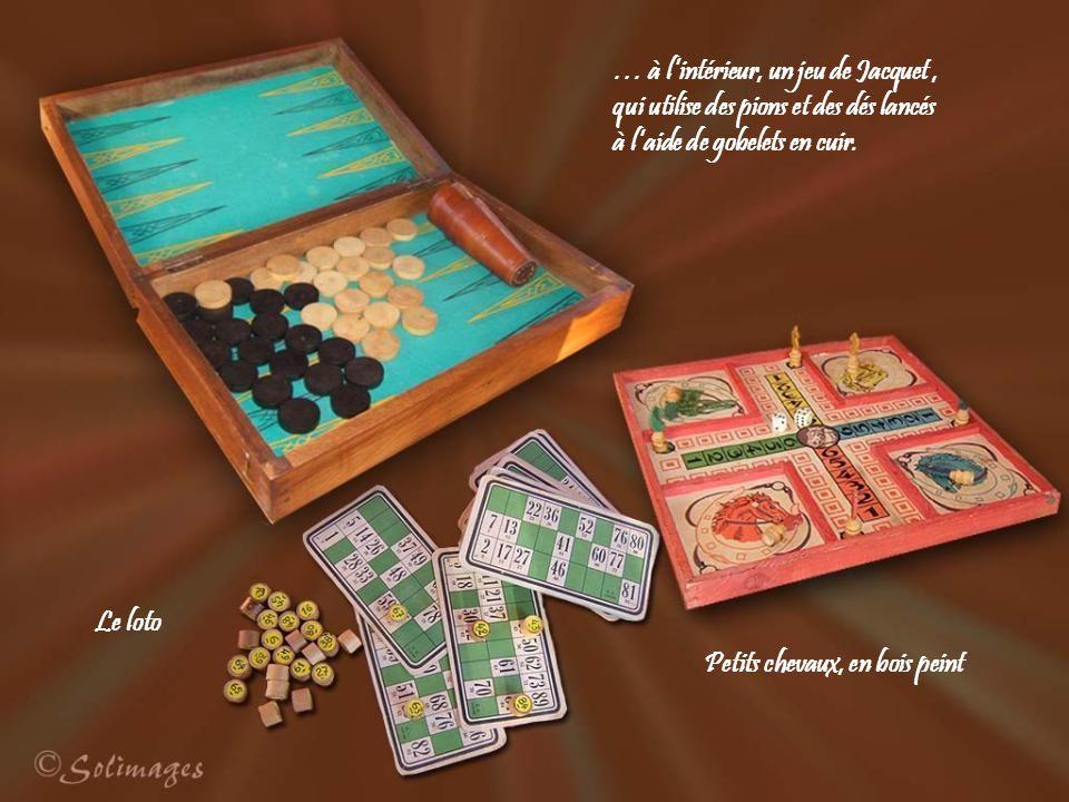 … à l'intérieur, un jeu de Jacquet , qui utilise des pions et des dés lancés à l'aide de gobelets en cuir.