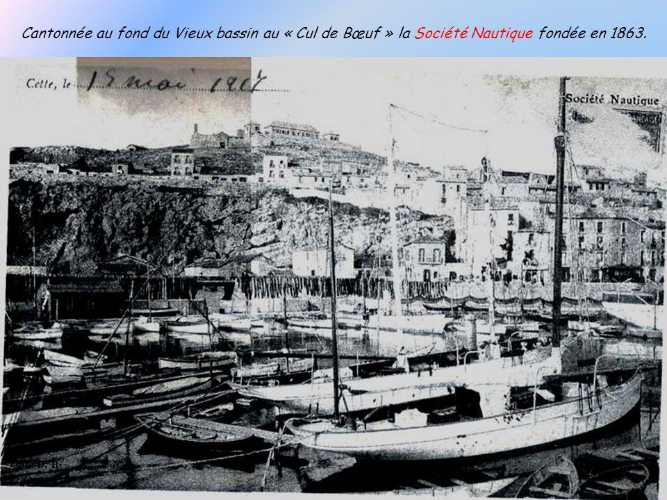 Cantonnée au fond du Vieux bassin au « Cul de Bœuf » la Société Nautique fondée en 1863.