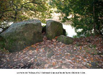 La chaire de l'Evêque, d'où il s'adressait à ses ouailles de l'autre côté de la rivière.