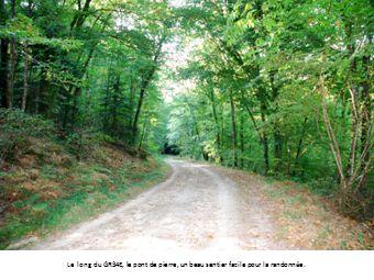Le long du GR34E, le pont de pierre, un beau sentier facile pour la randonnée.