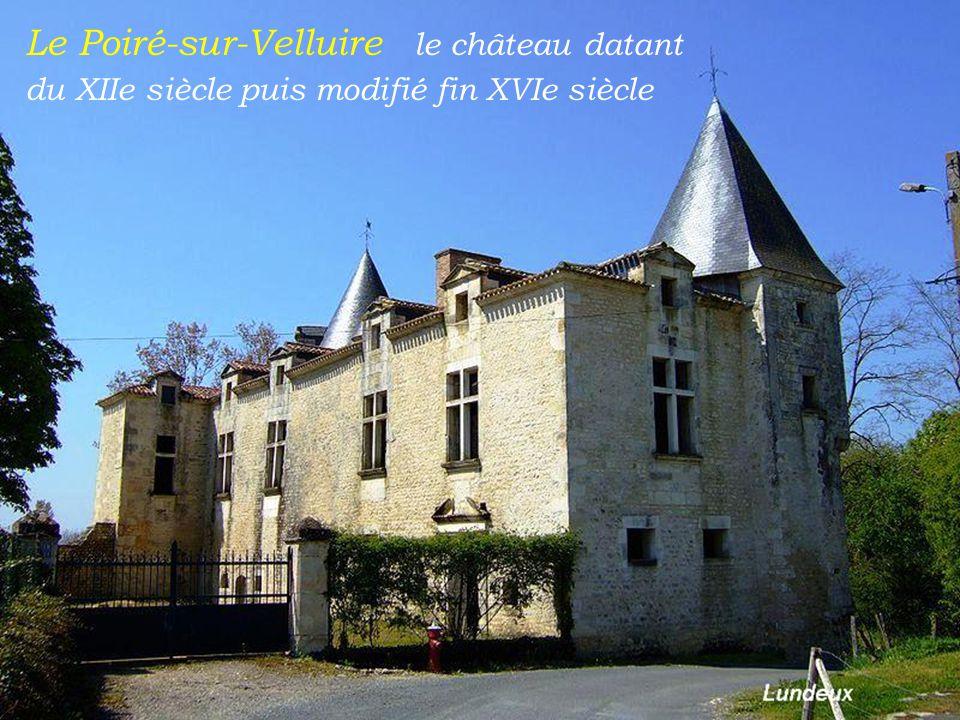 Le Poiré-sur-Velluire le château datant du XIIe siècle puis modifié fin XVIe siècle