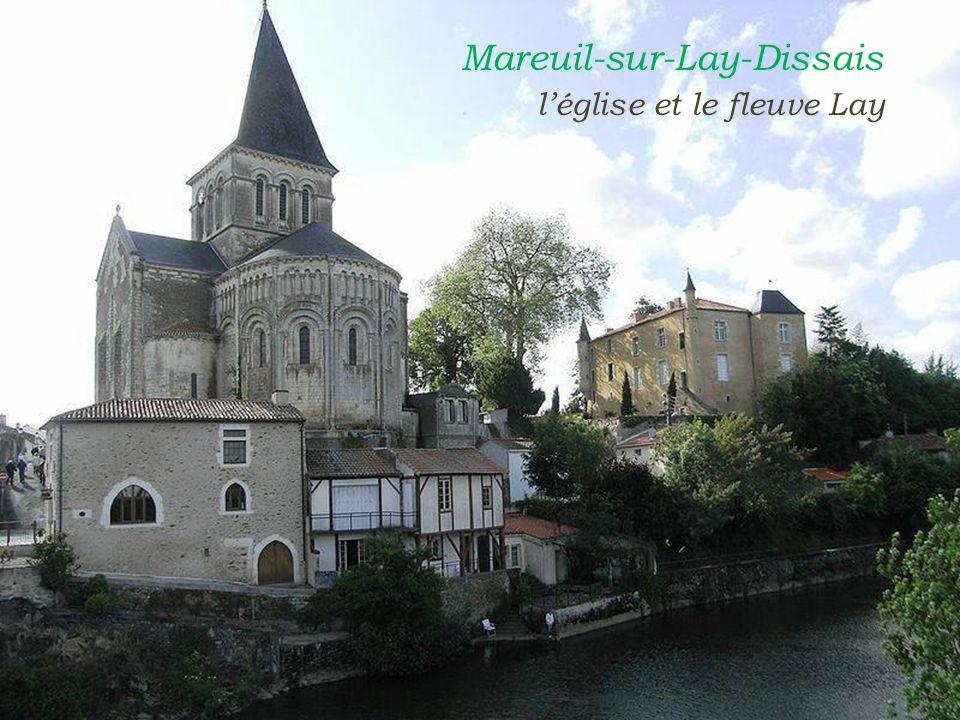 Mareuil-sur-Lay-Dissais . l'église et le fleuve Lay